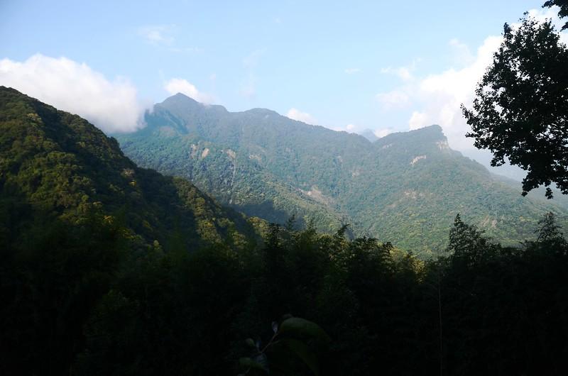 橫龍山產業道路東望虎山(R)、2054峰(L)