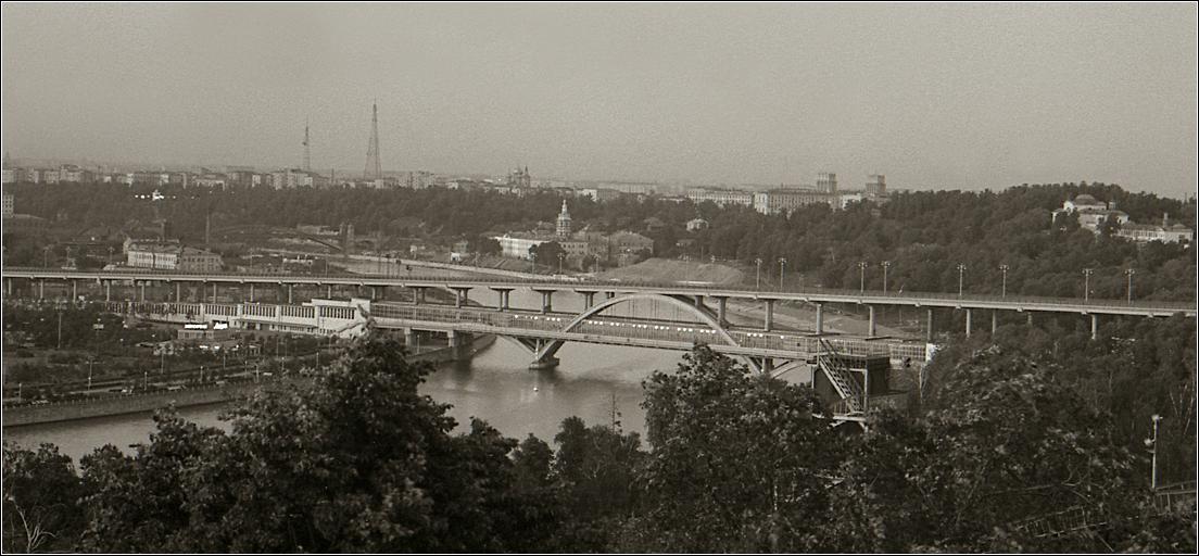 54. 1962. Вид с Воробьевых гор на метромост.