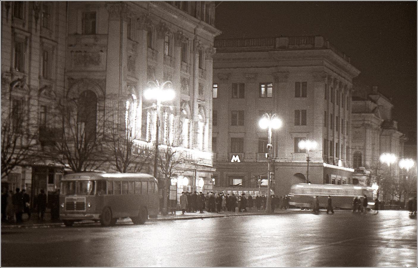 60. 1962. У метро Охотный ряд.