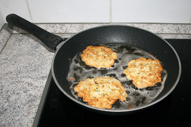 16 - Fry from both sides until golden brown / Beidseitig goldbraun anbraten