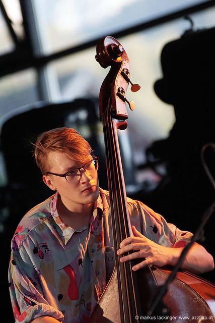 Oliver Henkelhausen: Upright bass