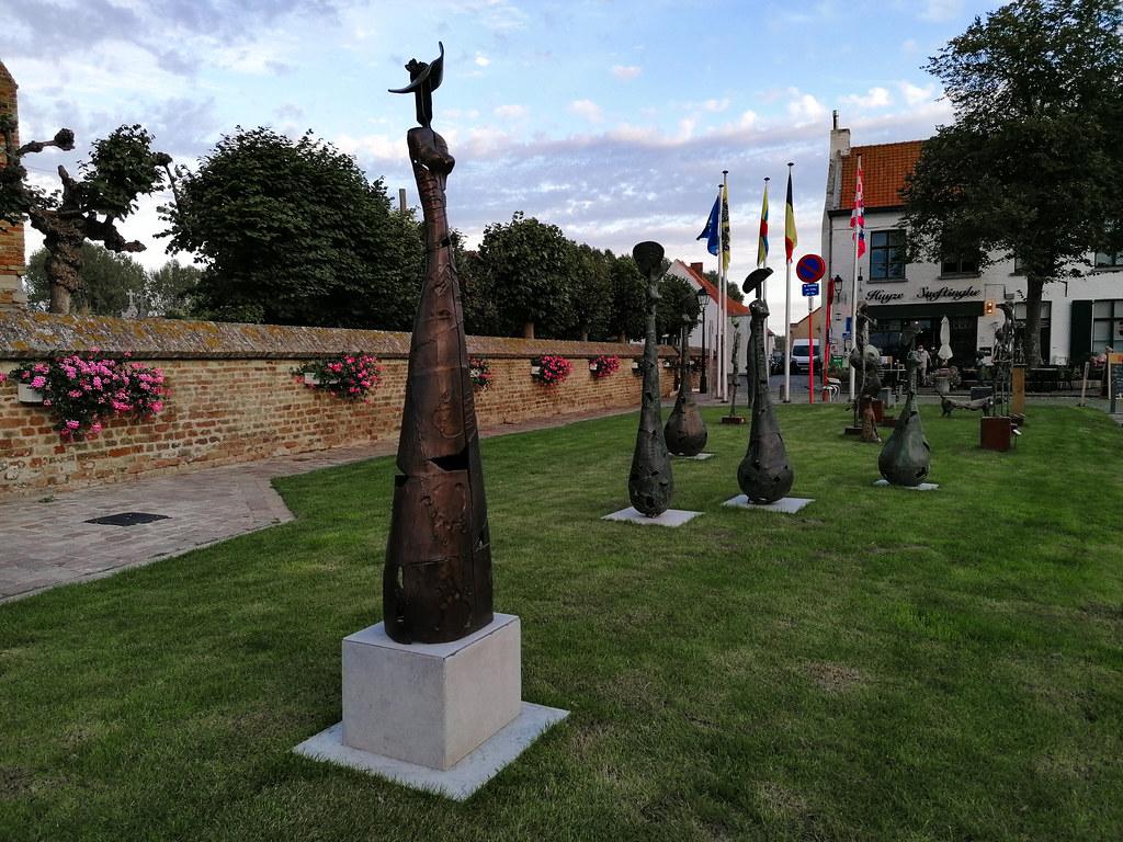 Conjunto de estatuas delante de la iglesia de Nuestra Señora