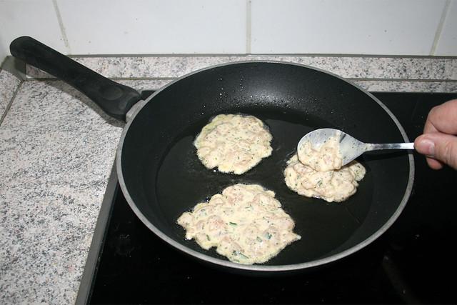 15 - Put dough in oil / Teigmasse ins Öl geben