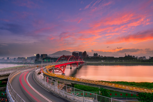taiwan newtaipeicity balidistrict guandubridge sunrise danshuiriver outdoors sky cloud reflection cartrack 台灣 新北市 八里區 關渡橋 晨曦 日出 火燒雲 淡水河 車軌