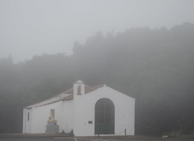 Ermita de la Cruz del Carmen, entre niebla
