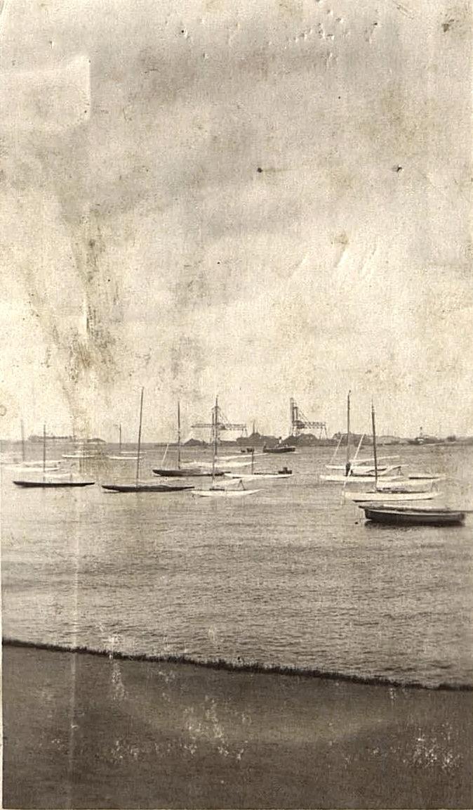 Парусные лодки на реке