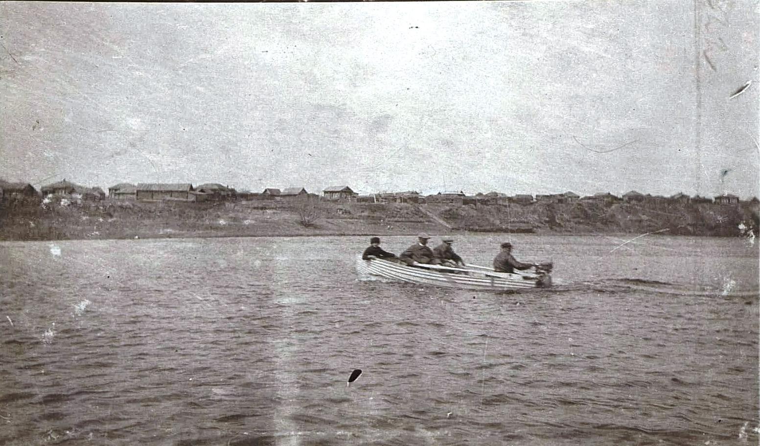Мужчины в лодке на Оби