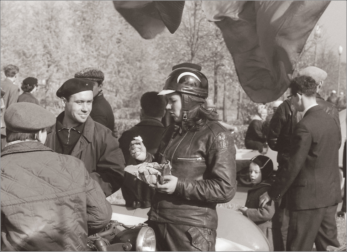 84. 1966. Перед парадом автомобилистов
