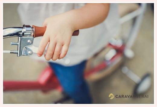 自転車のハンドルを握る手 小さな女の子