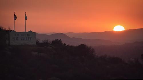 sunset simivalley california welcometosimivalley sun fires orange heat mountains americanflag