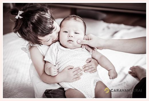 仲良し姉妹♡ 赤ちゃんの妹を抱っこするお姉ちゃん