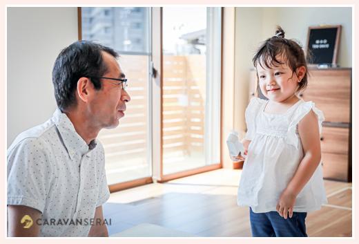 3歳の女の子とおじいちゃま