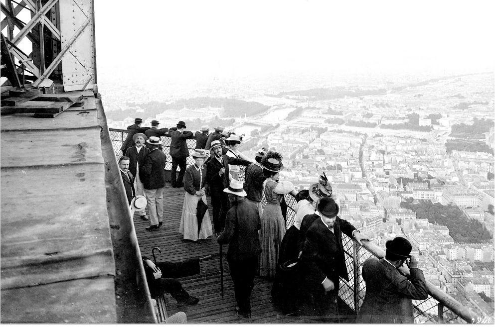25. Посетители на Эйфелевой башне