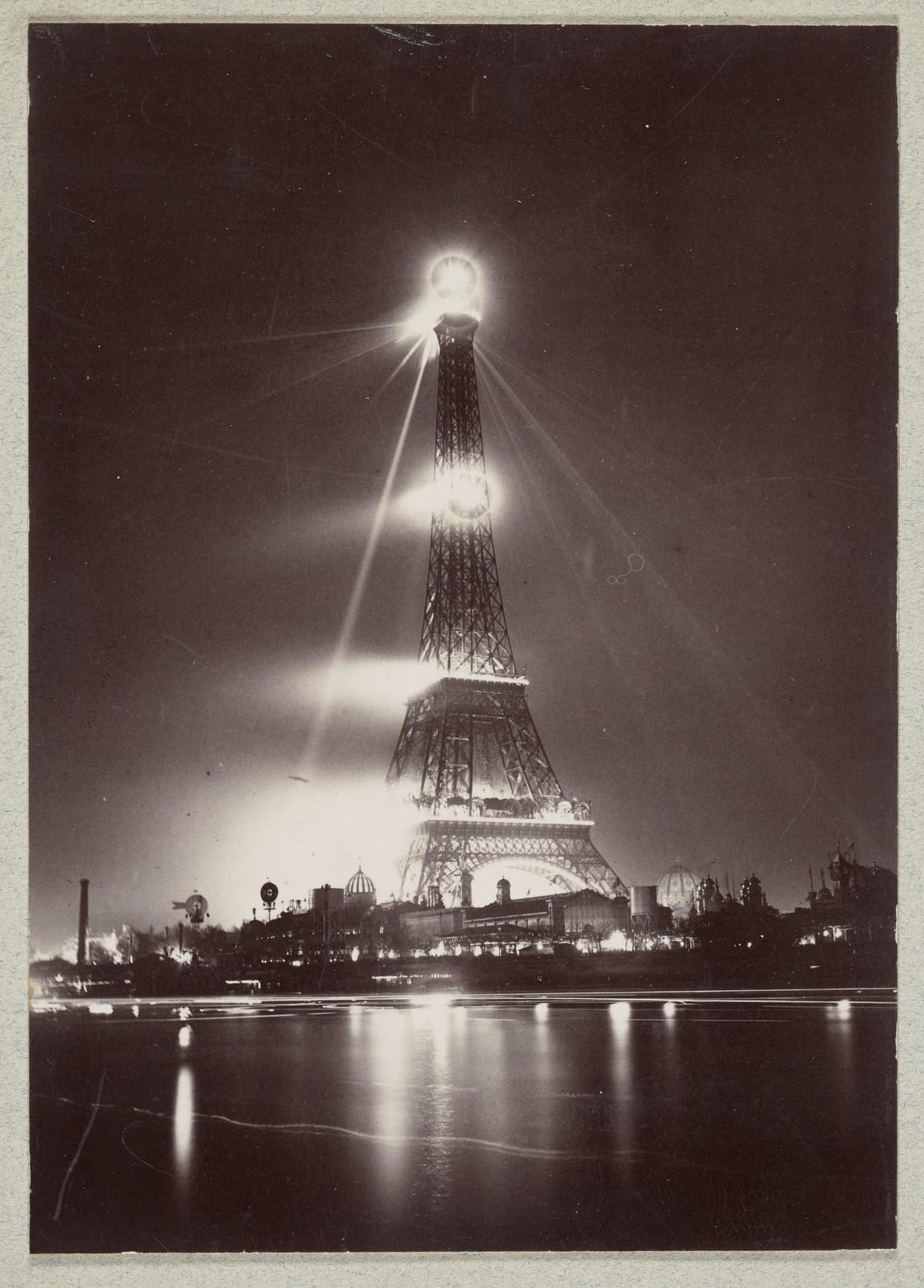 28. Эйфелева башня ночью во время Парижской выставки