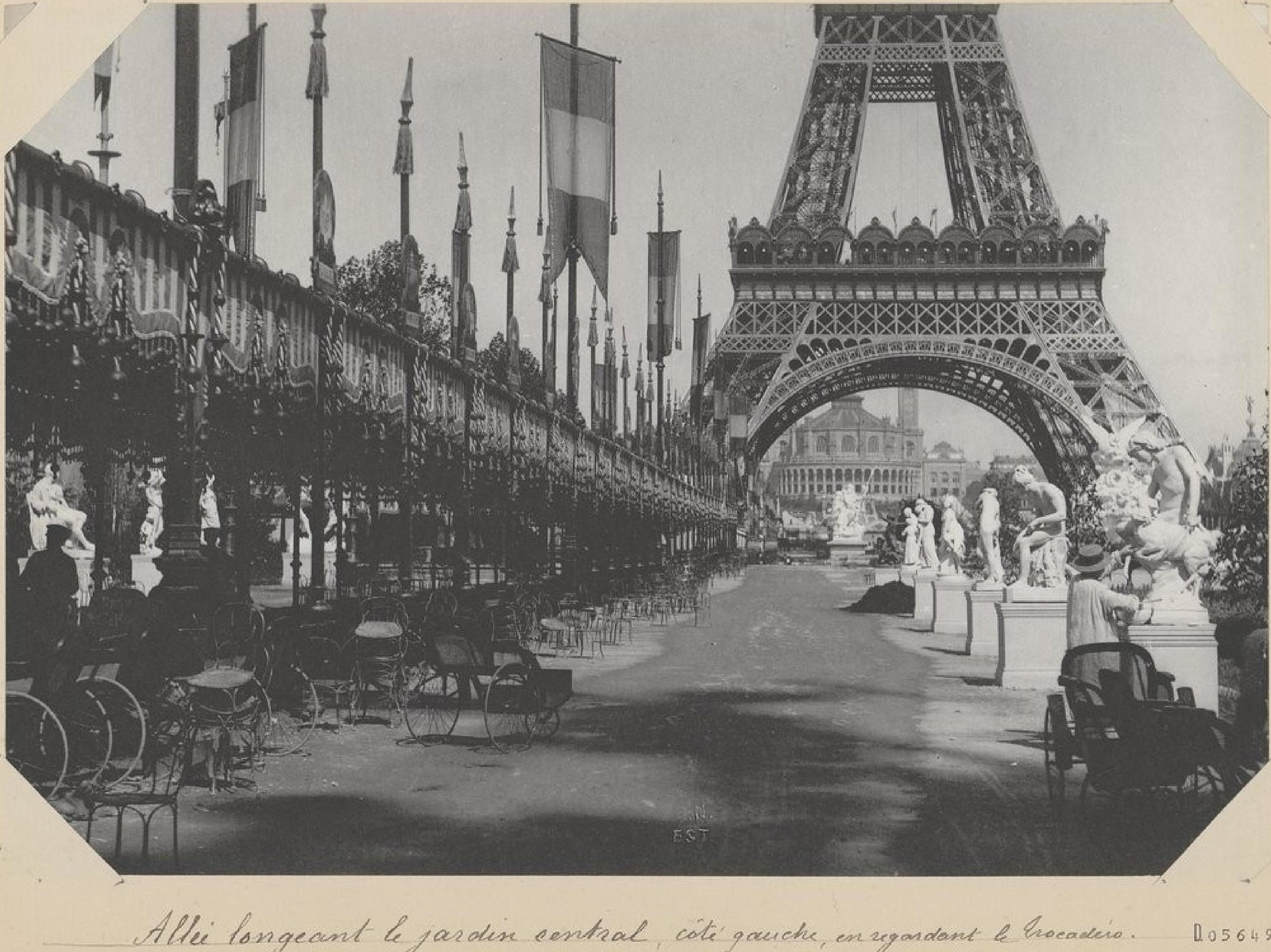 11. 1889.  Аллея вдоль центрального сада с видом на Трокадеро