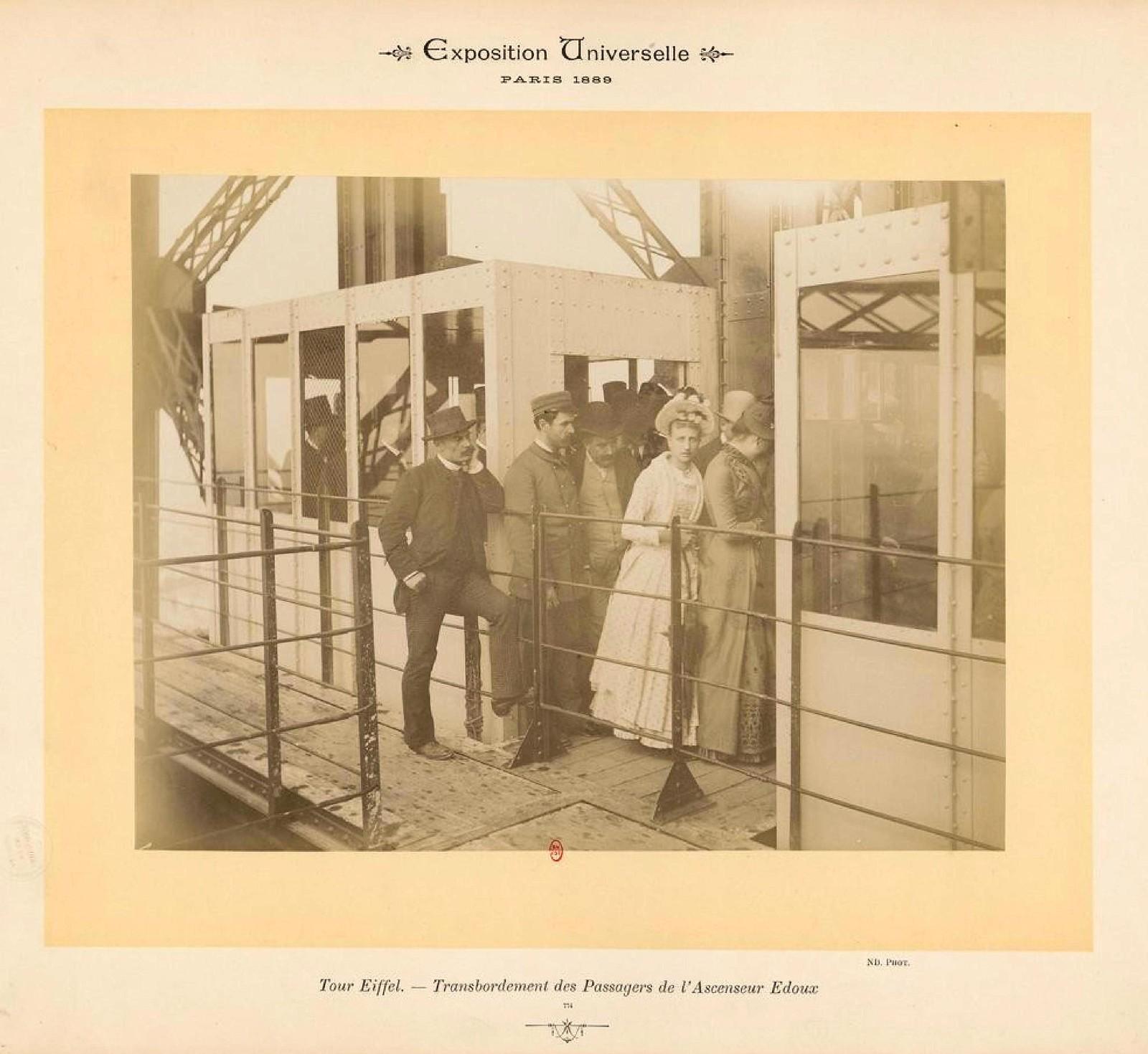 09. 1889. Эйфелева башня. Пересадка пассажиров с лифта, созданного инженером Эду