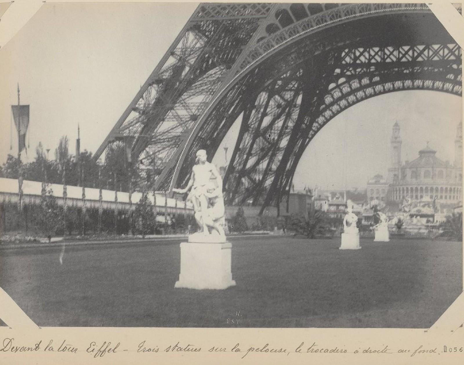 18. 1889. Перед Эйфелевой башней. Три статуи на лужайке, Трокадеро справа на заднем плане