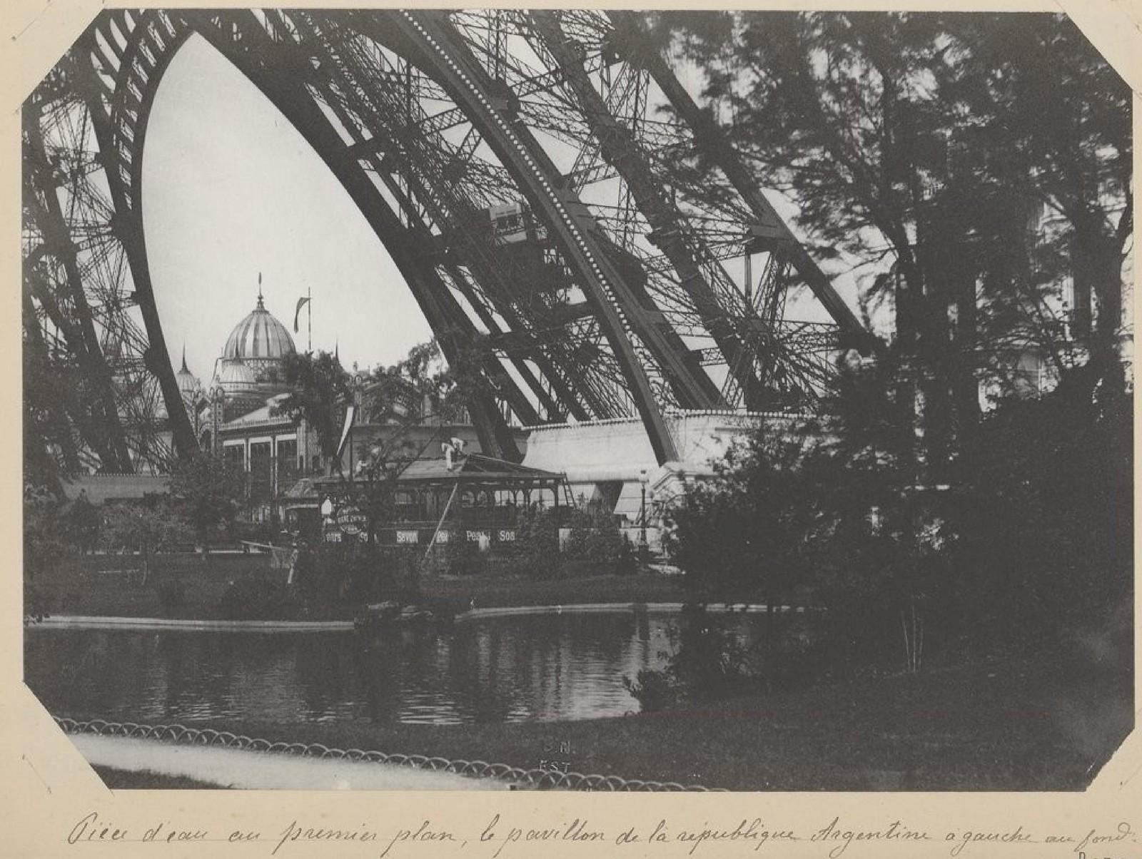 15. 1889. Фрагмент пруда на переднем плане, флаг Аргентинской Республики слева на заднем плане