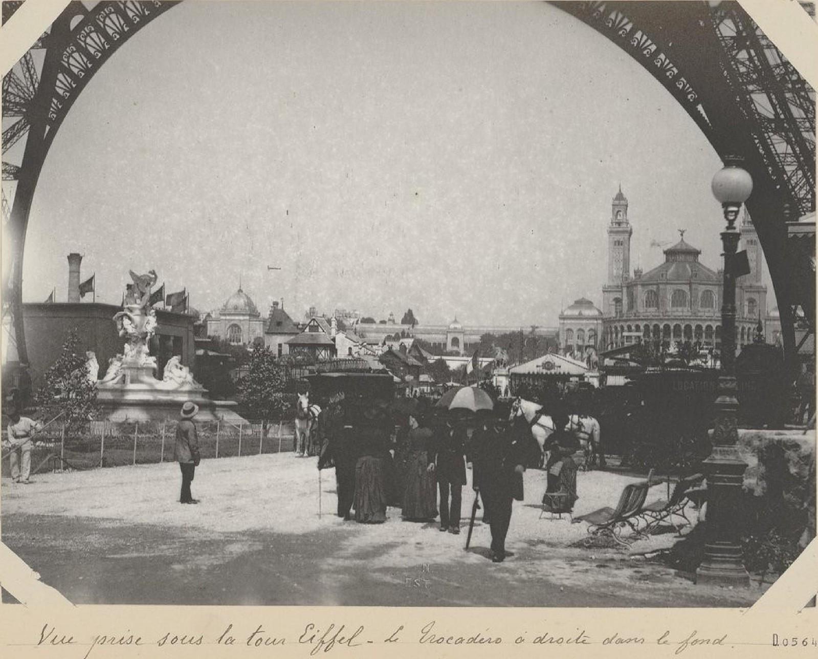 12. 1889.  Вид под Эйфелевой башней. Трокадеро справа на заднем плане
