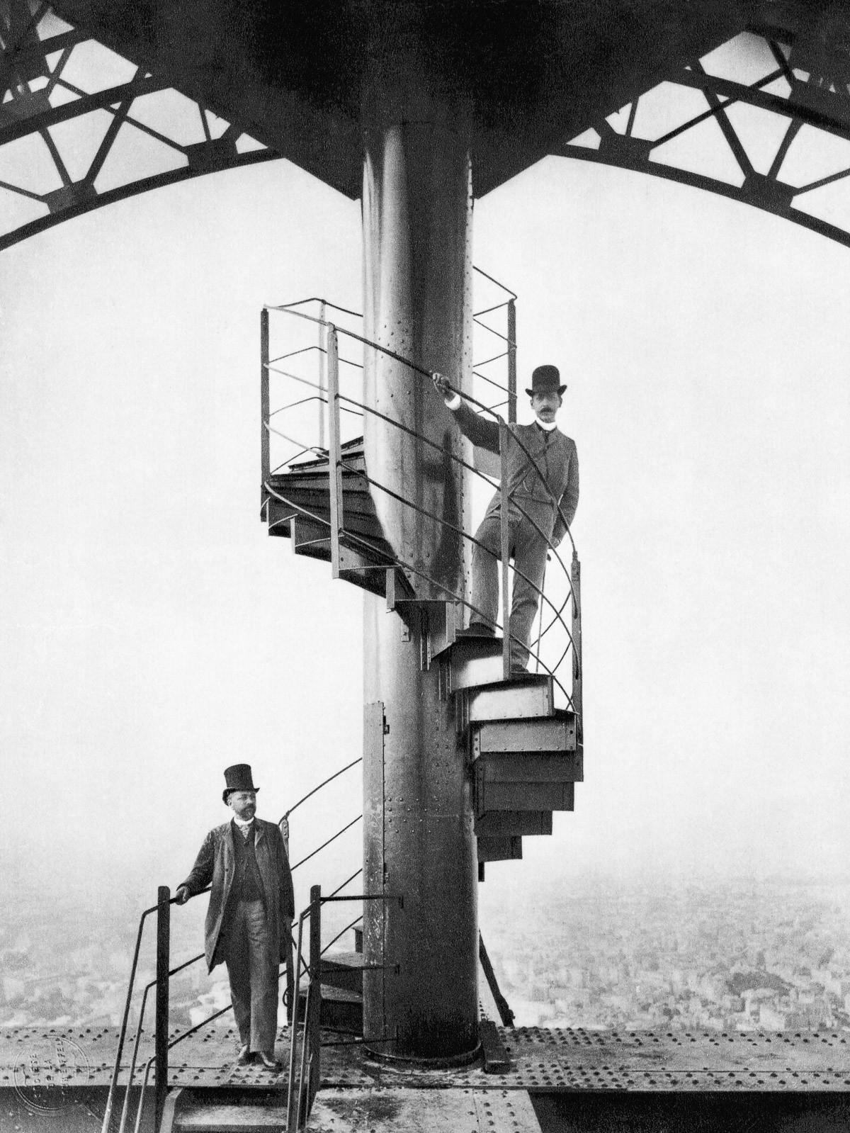 02. 1889. Гюстав Эйфель (слева) и его друг исследуют недавно построенную Эйфелеву башню