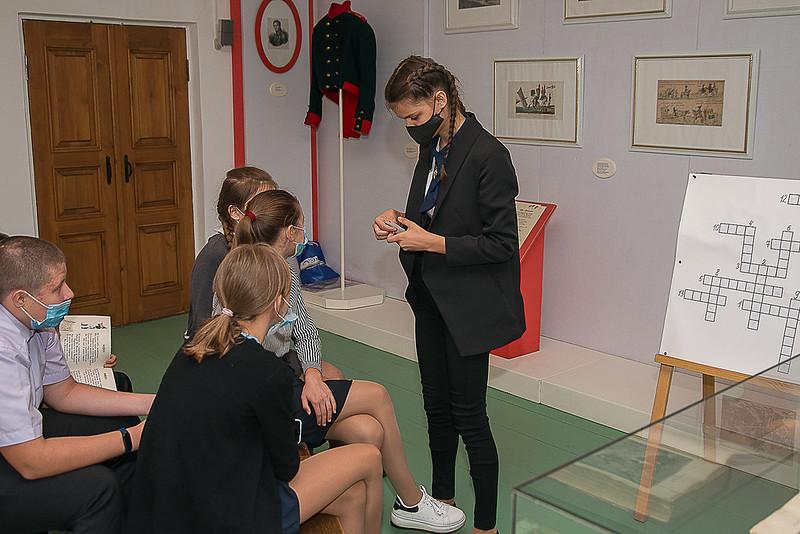 Интерактивный урок в зале «Бородино» экспозиции людской избы. Фотограф Александр Семенов.