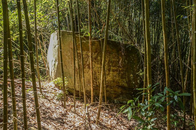 南勢山東南峰四方形巨石 (1)