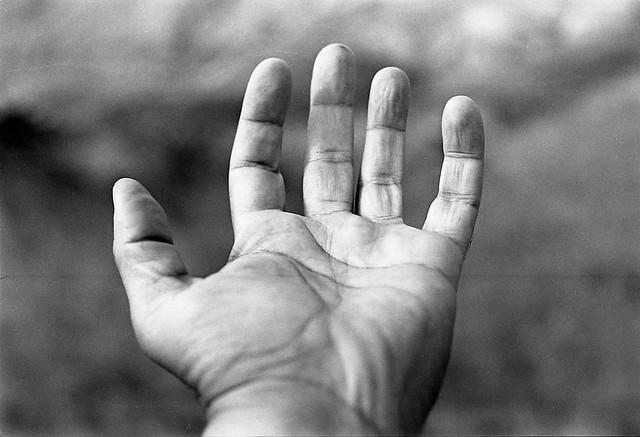 Una mano tendida.