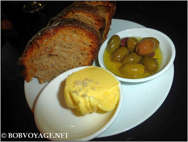 לחם, חמאה, זיתים ב- שחקי שחקי (sahki sahki)
