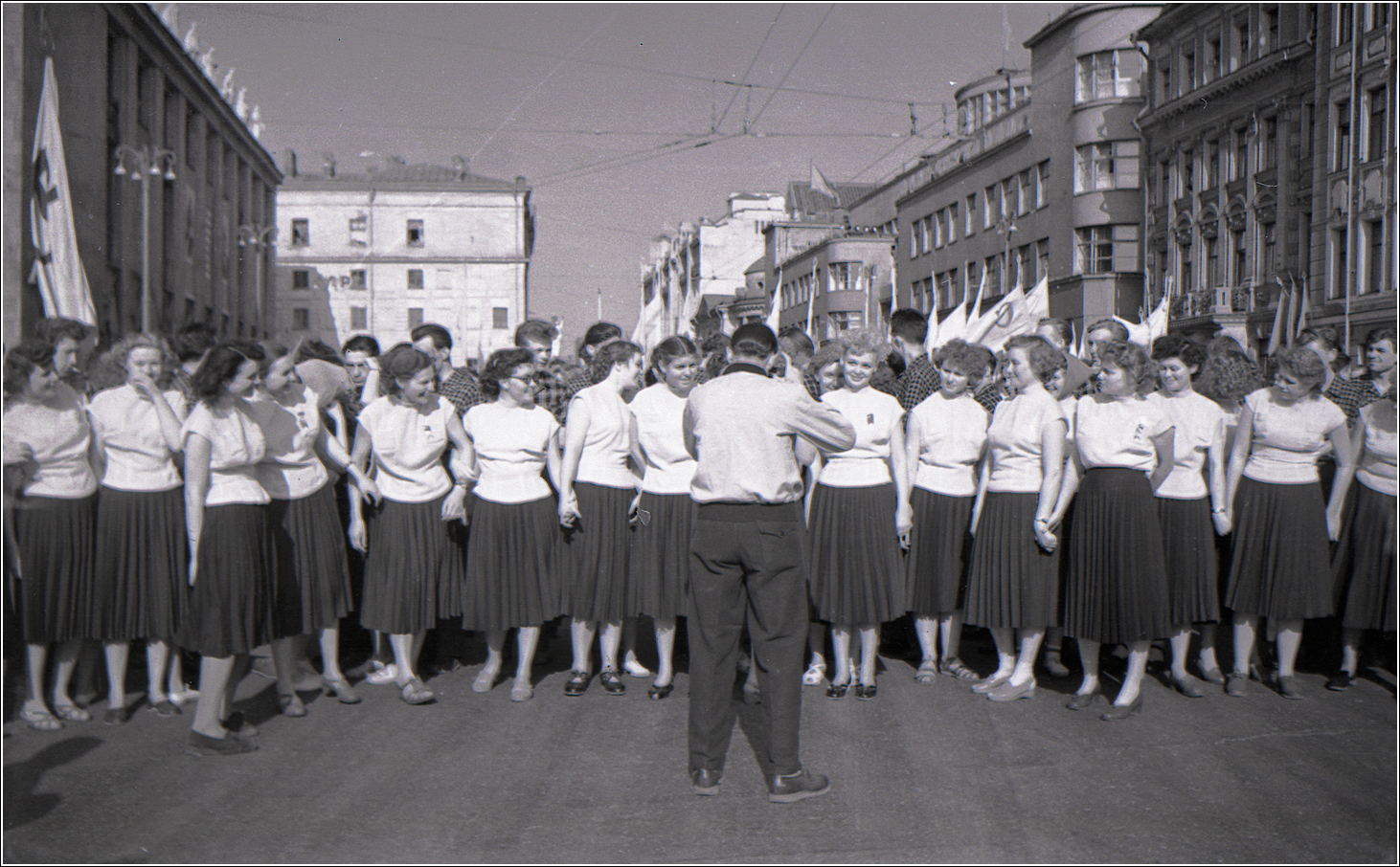 128. 1957. У библиотеки им. Ленина. 1 мая