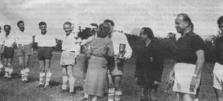 échange de gerbes avant la rencontre entre l'USO et l'équipe suisse de Laconex