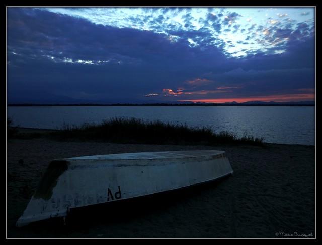 Barque renversée sur la berge