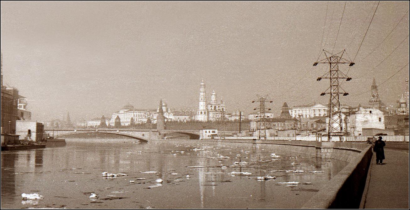 129. 1959. Кремлевская набережная