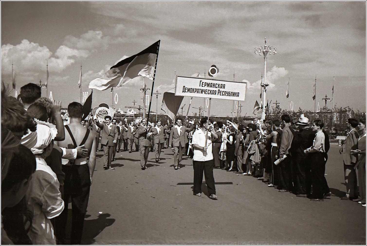 124. 1957. VI Всемирный фестиваль молодёжи и студентов, открывшийся 28 июля 1957 года в Москве. Лужники, прохождение делегаций, ГДР