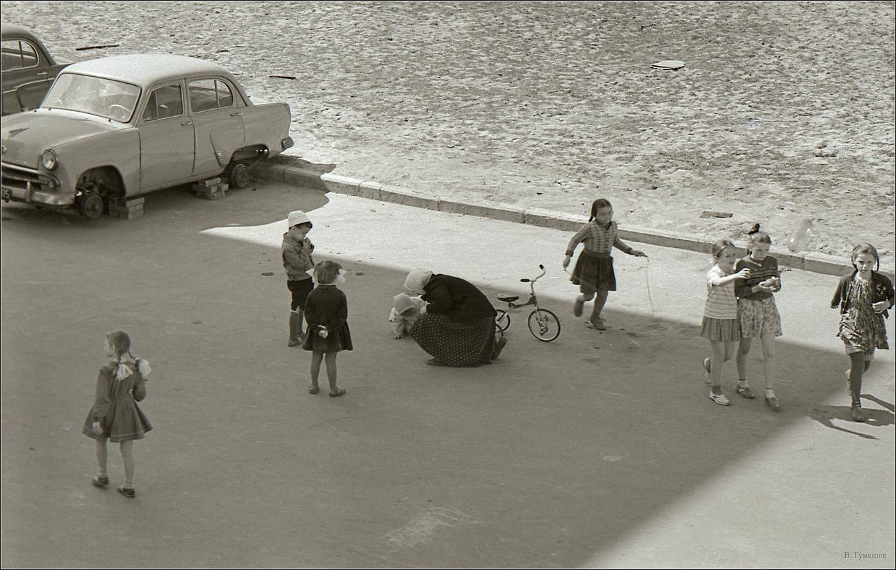 130. 1960. Двор дома на Гримау
