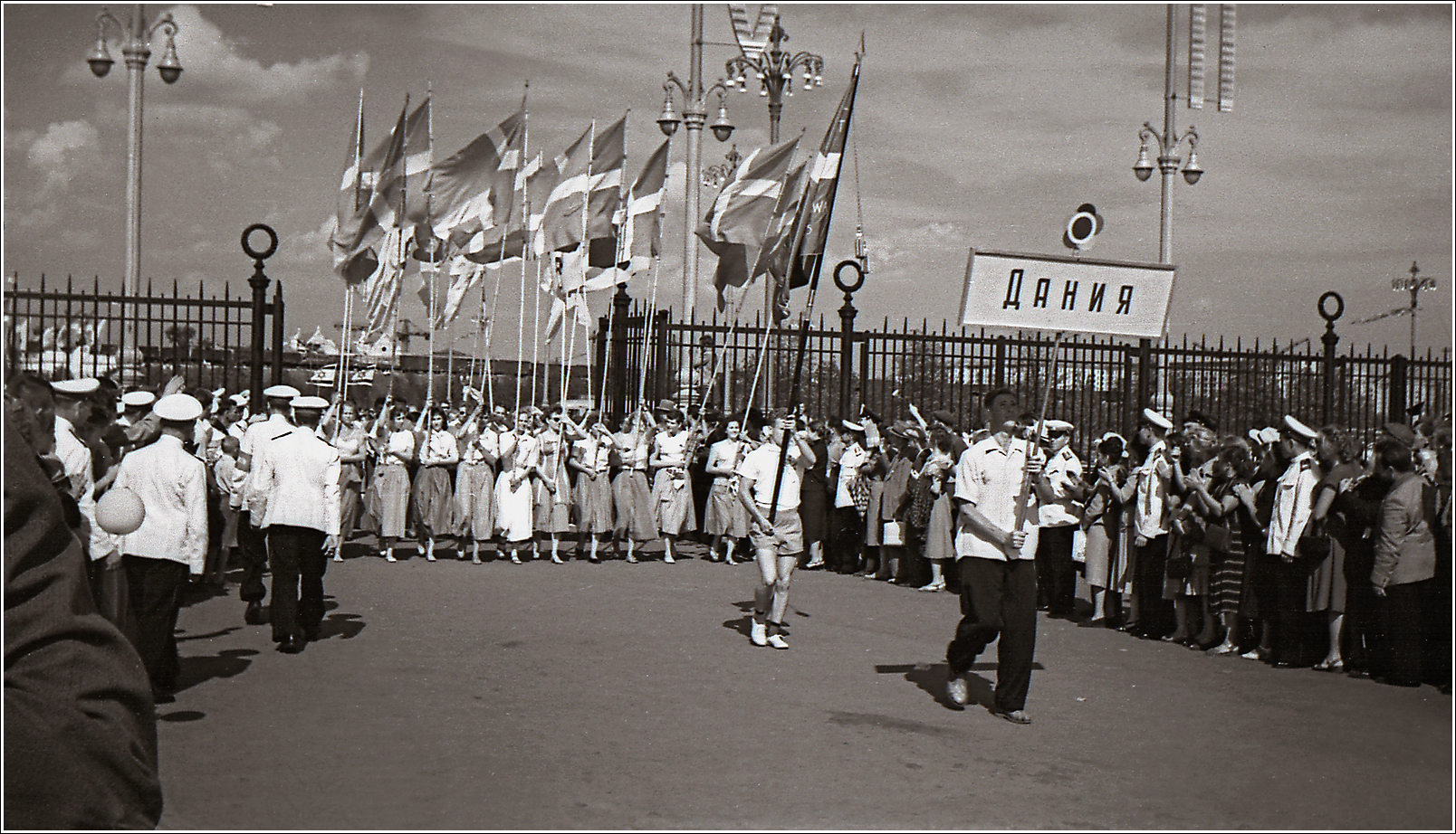 125. 1957. VI Всемирный фестиваль молодёжи и студентов, открывшийся 28 июля в Москве. Лужники, прохождение делегаций, Дания