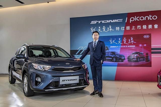 2.森那美起亞汽車總裁李昌益與KIA Stonic就是愛線特仕版合影,限量升級價769,000。