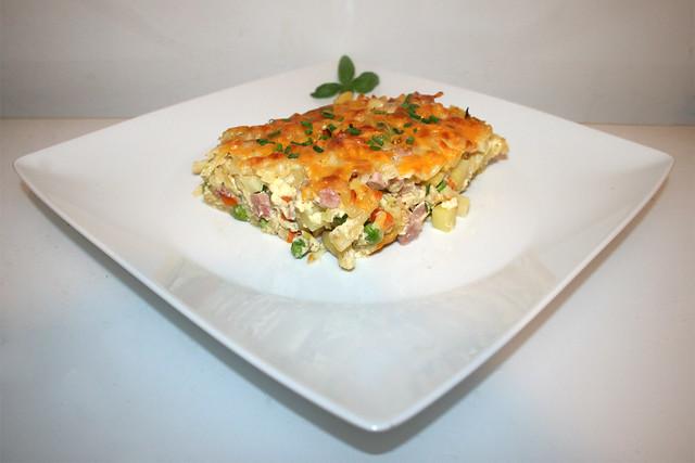 36 - Potato pasta casserole with ham & veggies - Side view / Kartoffel-Nudel-Auflauf mit Schinken & Gemüse - Seitenansicht