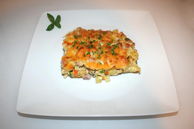 35 - Potato pasta casserole with ham & veggies - Served / Kartoffel-Nudel-Auflauf mit Schinken & Gemüse - Serviert