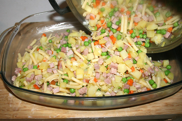 28 - Put ham veggie mix in casserole /  Schinken-Gemüse-Mischung in Auflaufform geben
