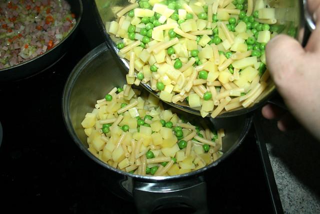 24 - Put potatoes, pasta & peas in pot / Kartoffeln, Nudeln & Erbsen zurück in Topf geben