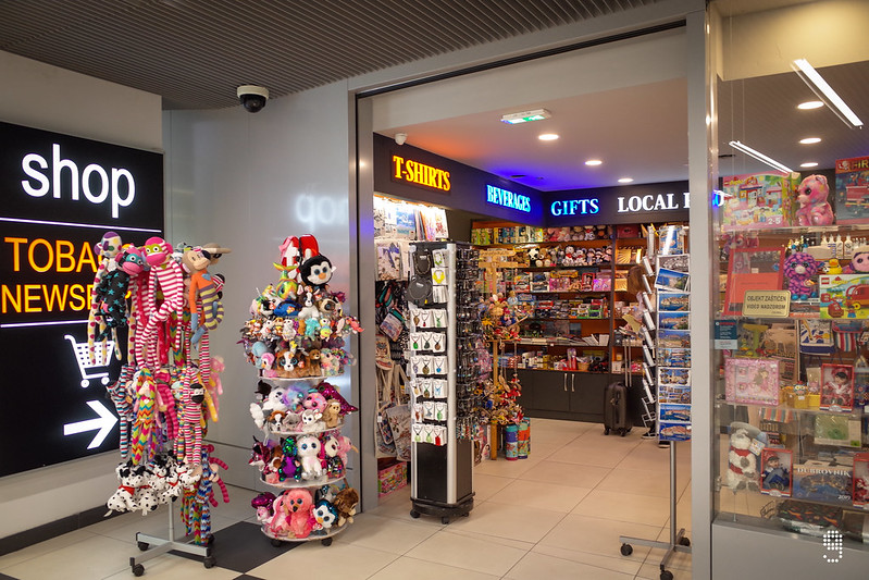 入境大堂的小商店可以買到電話數據咭