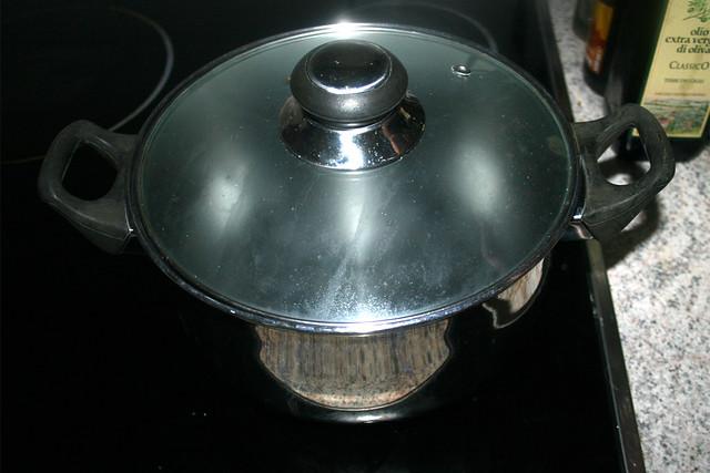 06 - Bring water in pot to a boil / Topf mit Wasser aufsetzen