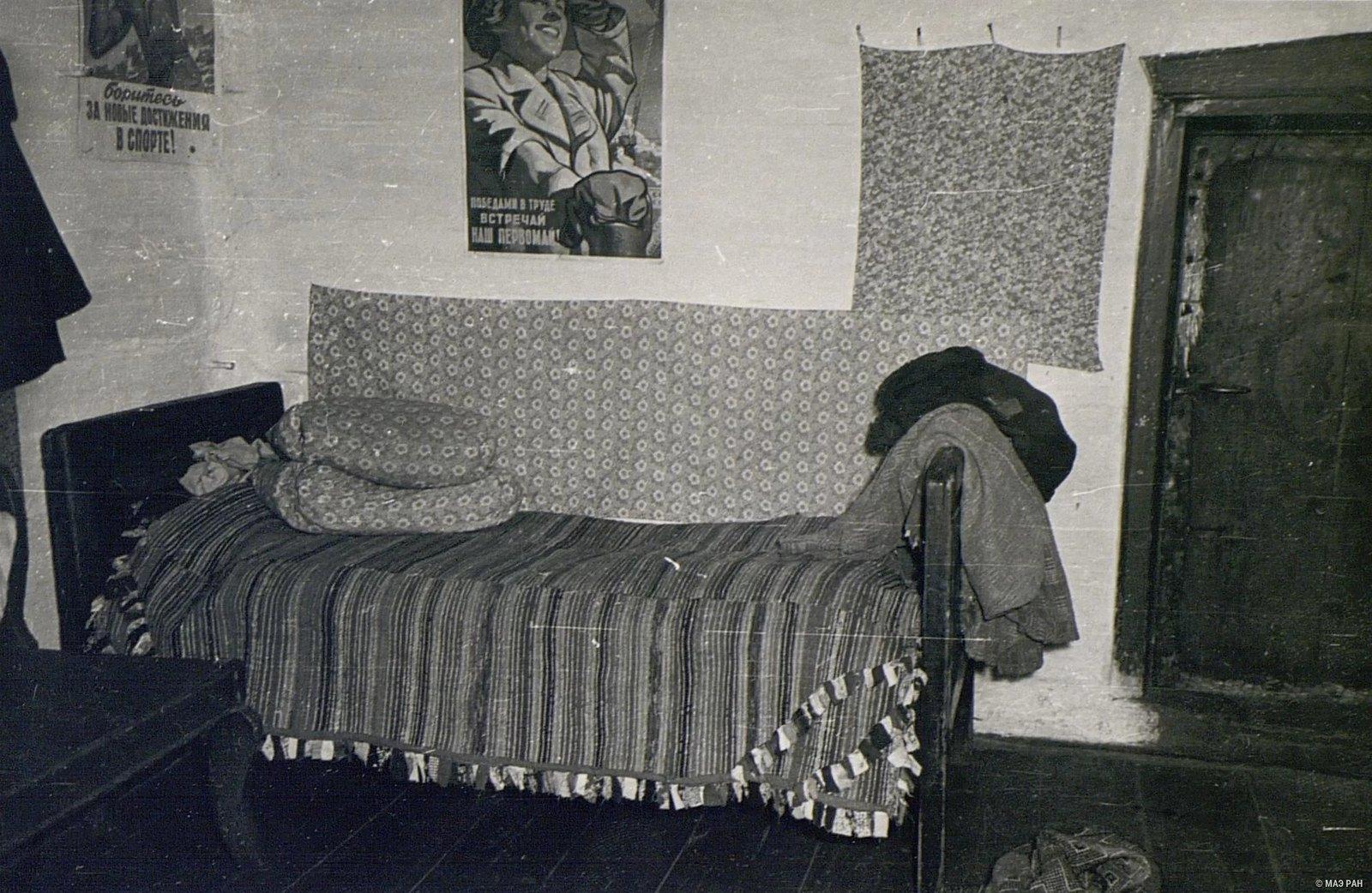 Кровать, покрытая кошмой в доме Е.Н. Чунина