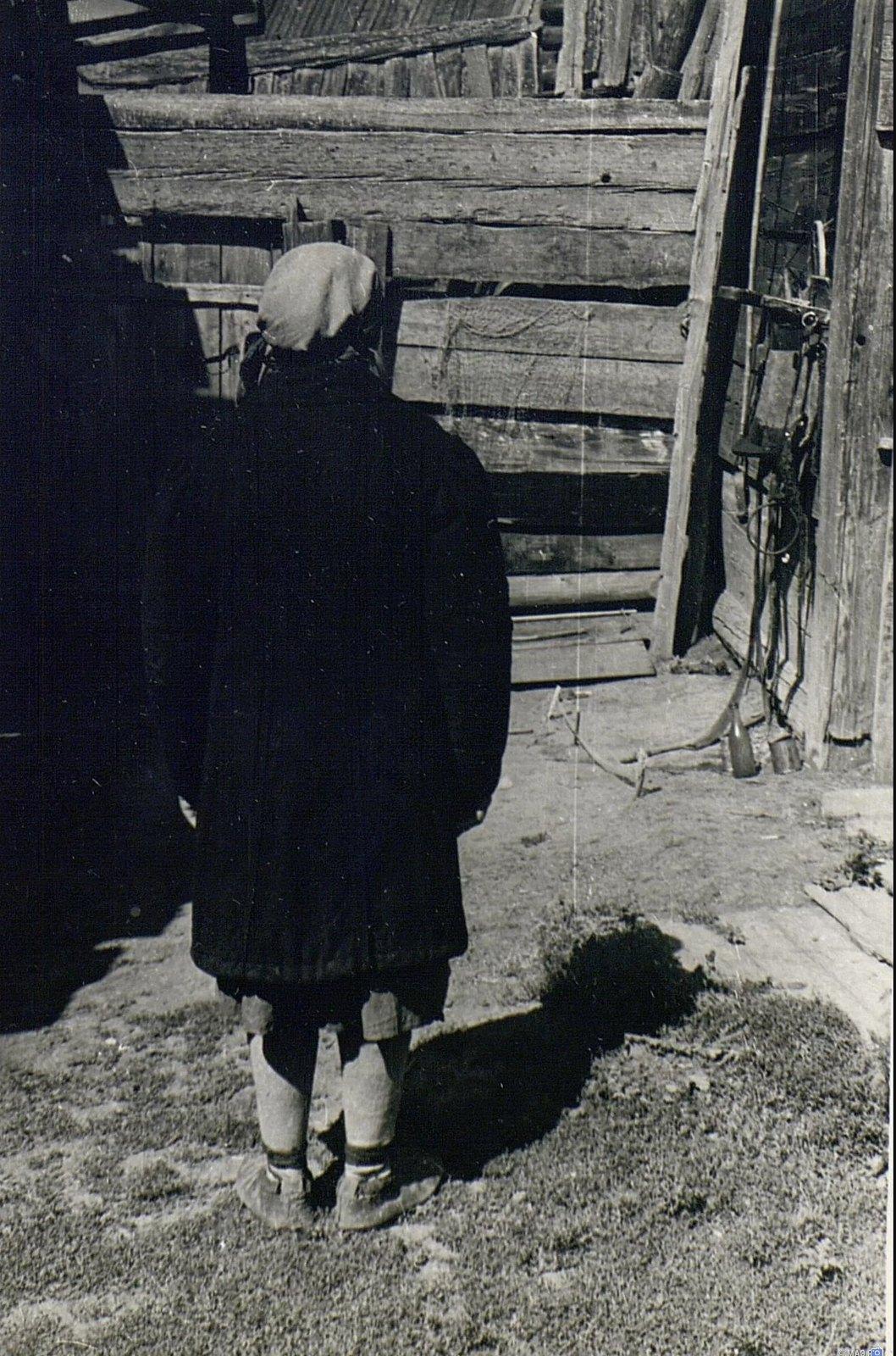 Женщина в пальто старого покроя (вид сзади)