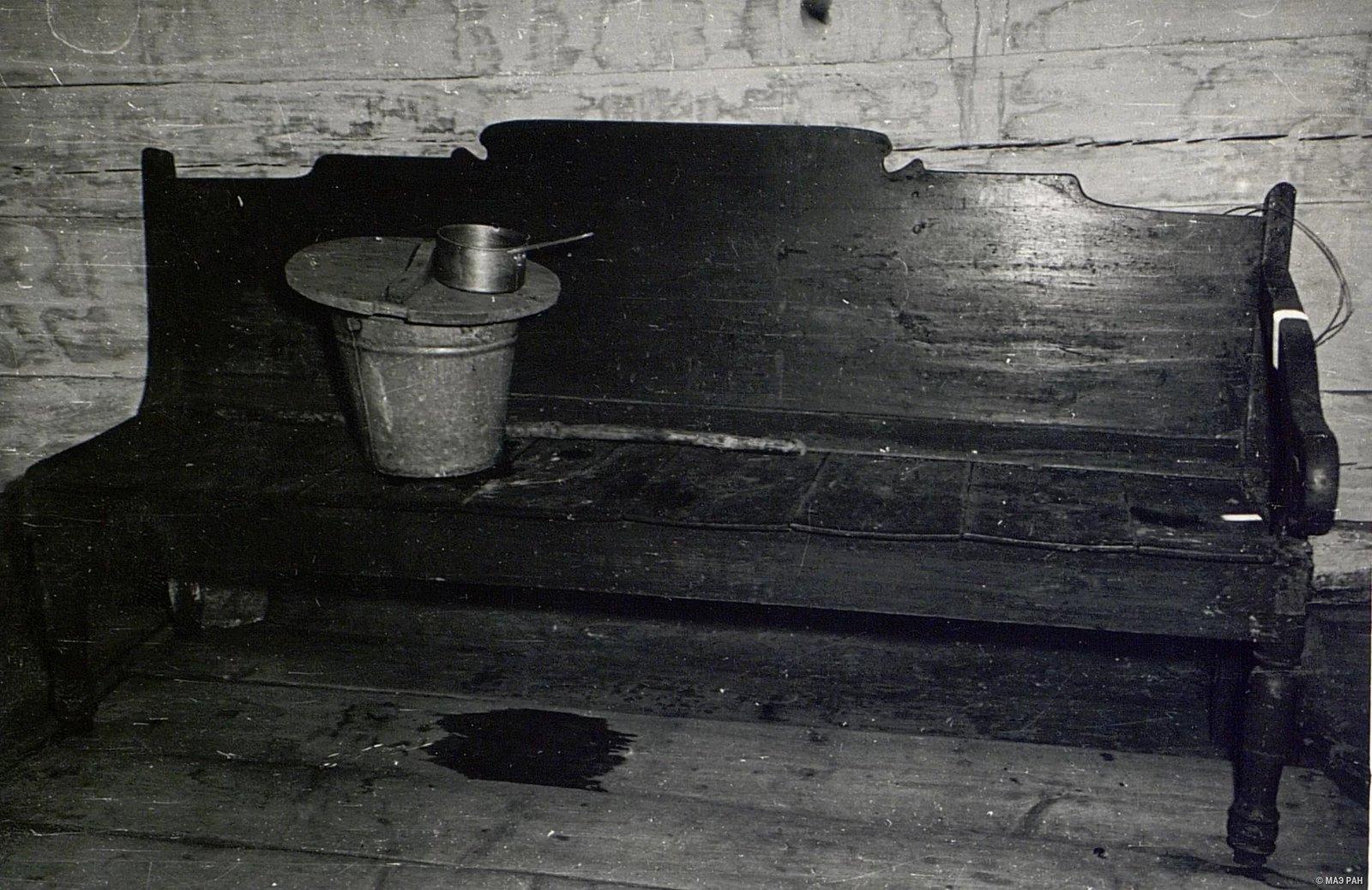 Деревянный самодельный диван в доме Е.Н. Чунина