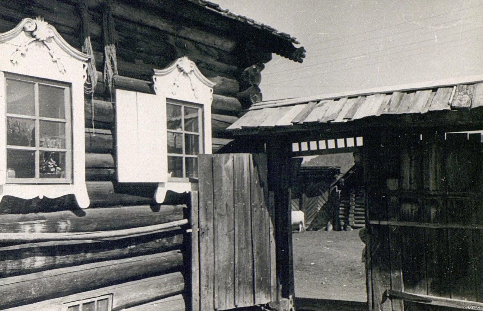 Ворота и часть дома со сторны двора