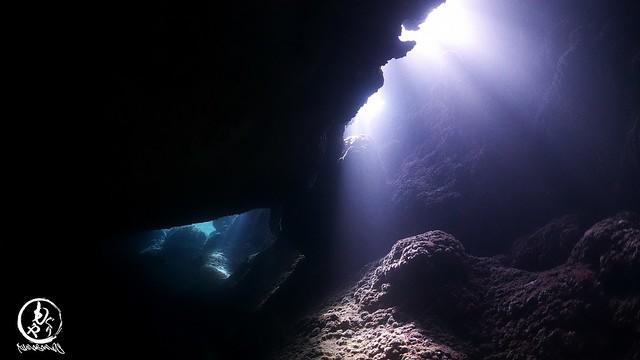 洞窟に差し込む日の光