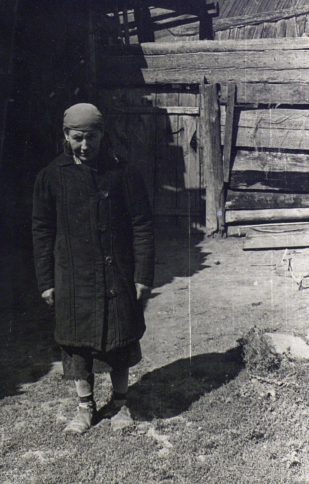 Женщина в пальто старого покроя (вид спереди)