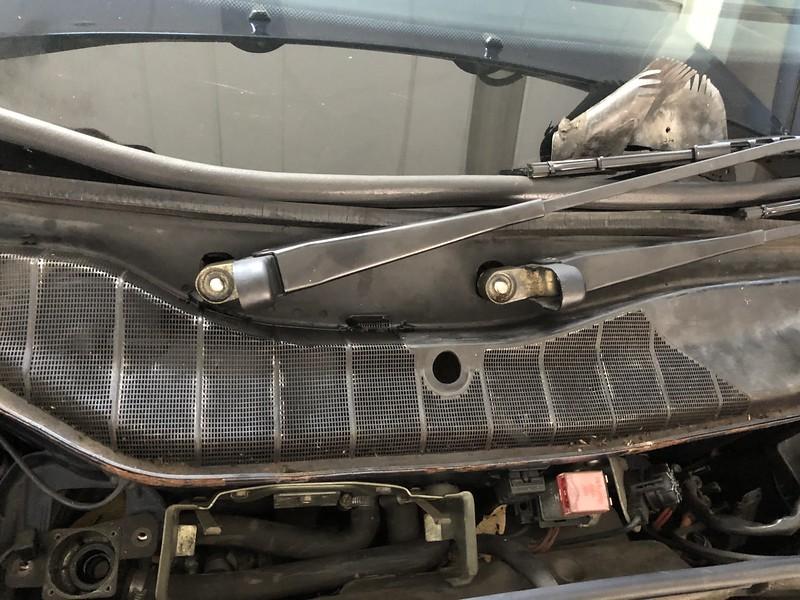 W126 Cowl drains