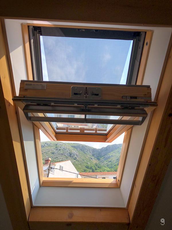客廳內的天窗可以眺望Mount Srđ
